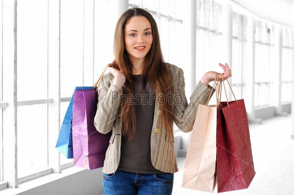 Портрет молодой девушки с покупками