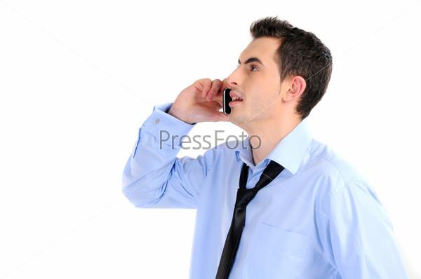 Бизнесмен говорит по мобильному телефону. Изолированный на белом