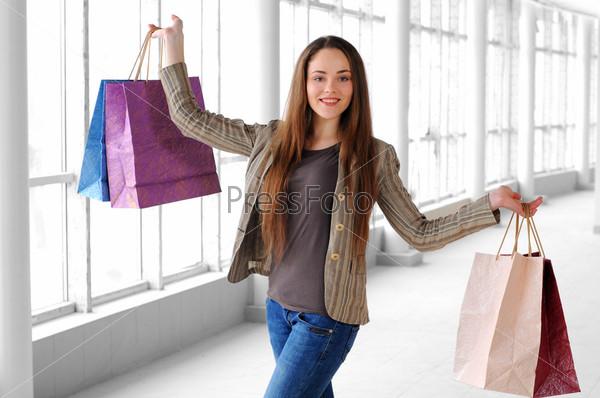 Портрет девушки с пакетами для покупок