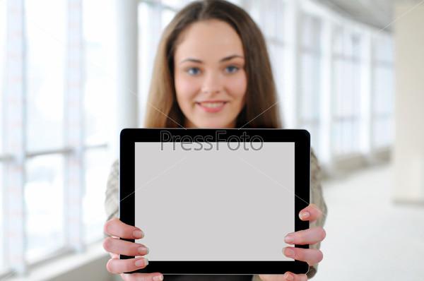 Девушка с планщетным компьютером в офисе