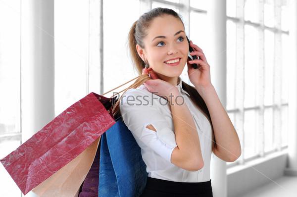 Фотография на тему Портрет молодой девушки с покупками