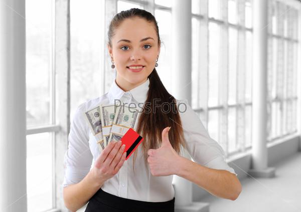 Портрет девушки с деньгами в офисе