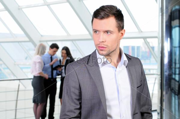 Портрет молодого бизнесмена в рабочей среде