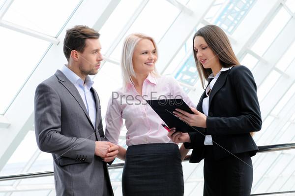 Портрет молодых бизнесменов в рабочей среде