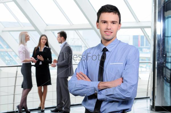 Фотография на тему Портрет молодого бизнесмена в рабочей среде