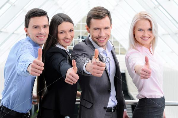 Фотография на тему Успешные деловые люди с поднятыми большими пальцами