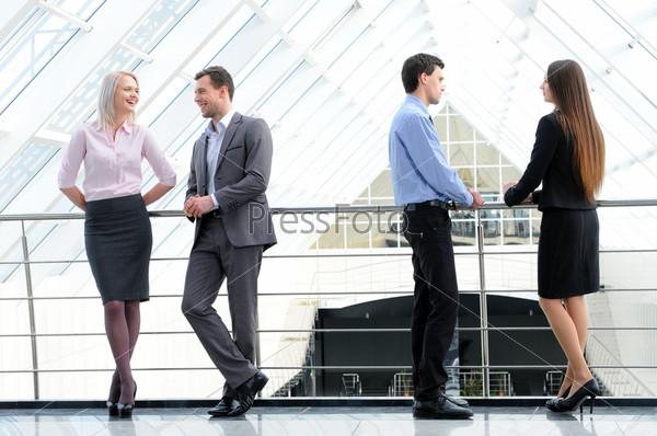 Фотография на тему Деловые люди в костюмах в компании