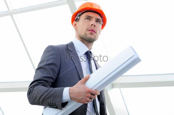 Фотография на тему Архитектор сравнивает проект со зданием