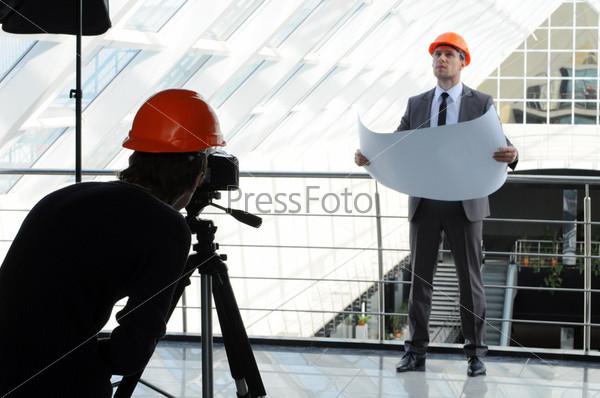Фотограф фотографирует архитектора