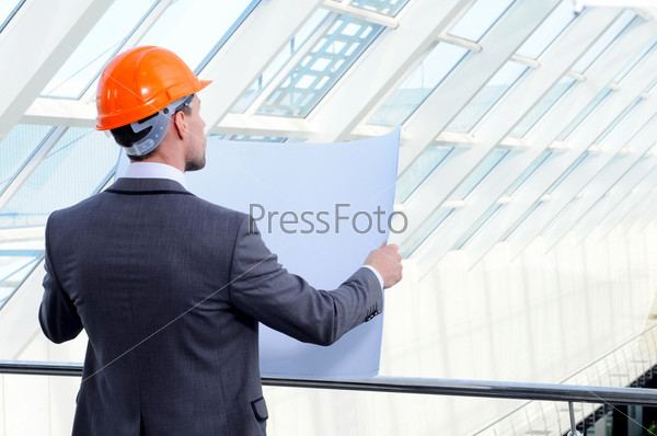 Архитектор сравнивает проект со зданием