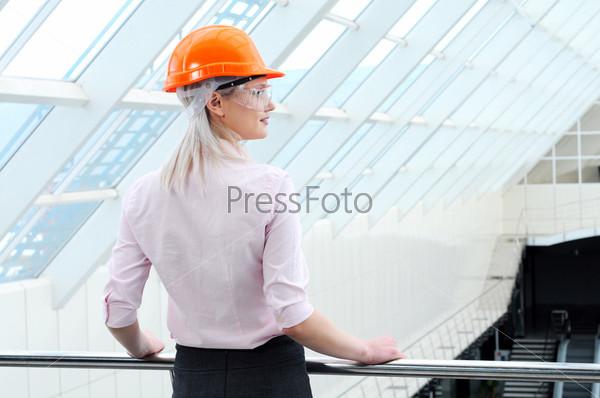 Фотография на тему Портрет красивой деловой женщины на фоне современного здания