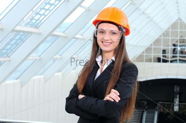 Портрет красивой деловой женщины на фоне современного здания