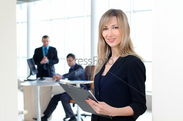 Красивая деловая женщина на фоне деловых людей