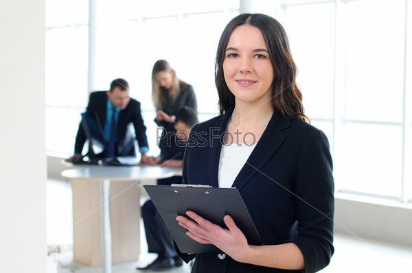 Фотография на тему Красивая деловая женщина на фоне деловых людей