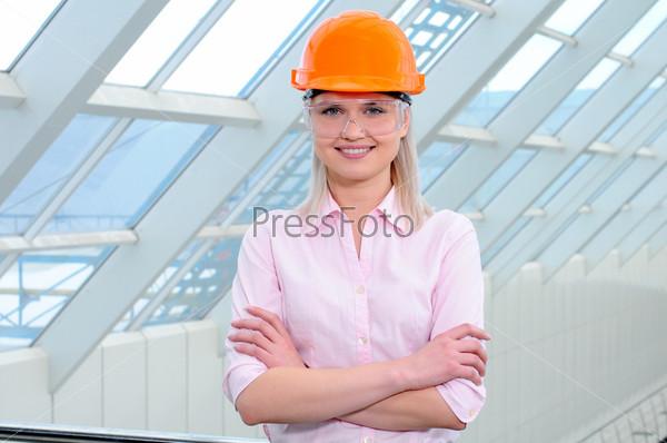Портрет деловой женщины на фоне современного здания