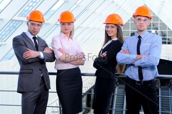 Люди в касках на строительной площадке