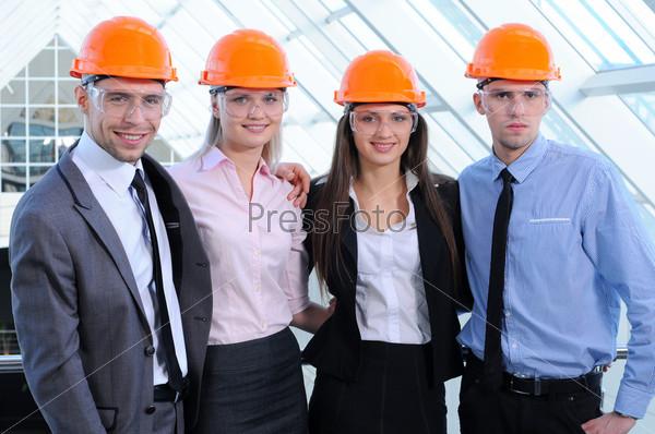 Фотография на тему Люди в касках на строительной площадке