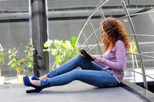 Счастливая женщина с планшетным компьютером
