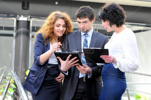 Деловые люди обсуждают проект в офисе