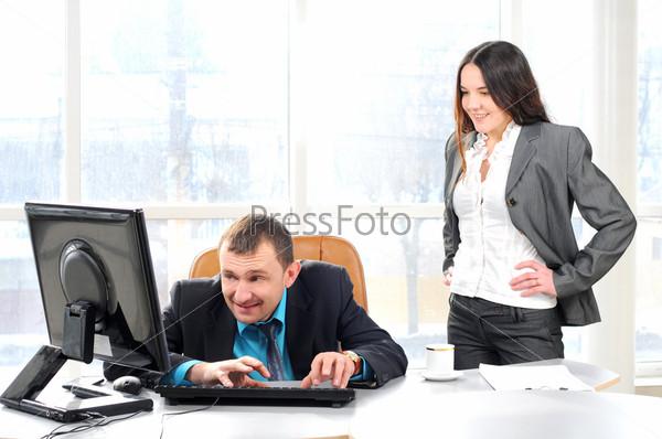 Начальник обвиняет работника в офисе
