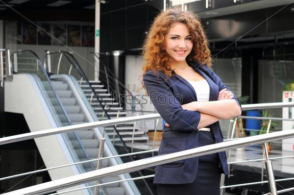 Портрет молодой женщины в офисе