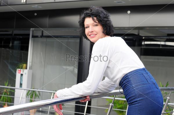 Фотография на тему Портрет молодой женщины в офисе