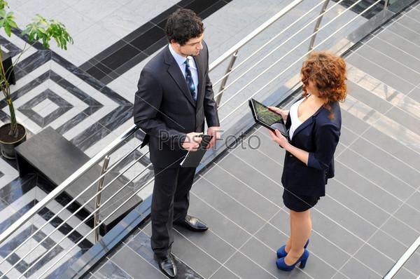 Фотография на тему Уверенные деловые партнеры в офисном здании. Вид сверху
