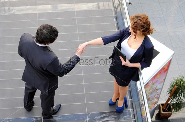 Уверенные деловые партнеры в офисном здании. Вид сверху