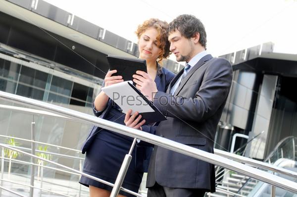 Уверенные деловые партнеры в офисном здании