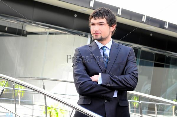 Фотография на тему Красивый молодой бизнесмен в офисном здании