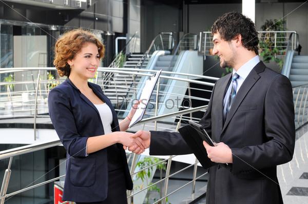 Фотография на тему Уверенные деловые партнеры в офисном здании