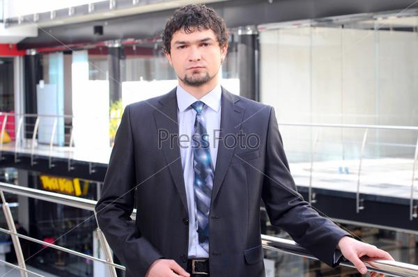 Красивый молодой бизнесмен в офисном здании