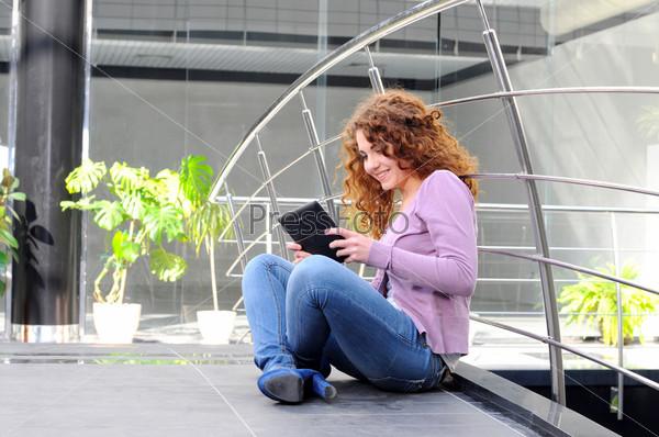Фотография на тему Счастливая женщина с планшетным компьютером