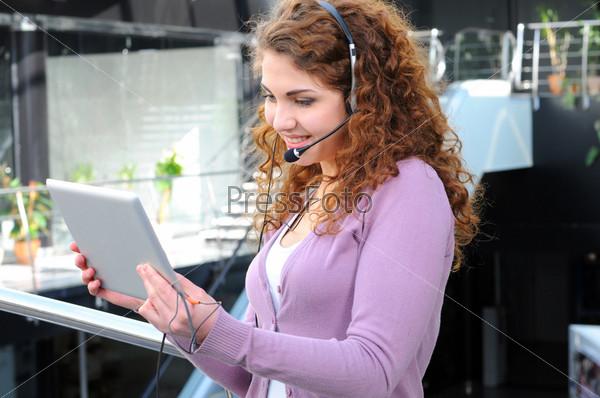 Молодая девушк на видео-конференции