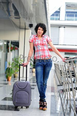 Хорошенькая молодая женщина в аэропорту