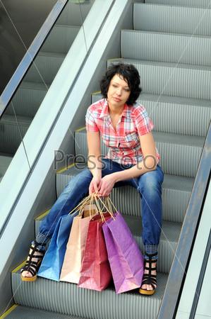 Фотография на тему Красивая женщина с покупками в торговом центре