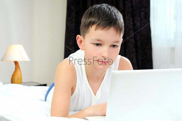 Мальчик с ноутбуком в постели, счастливое время