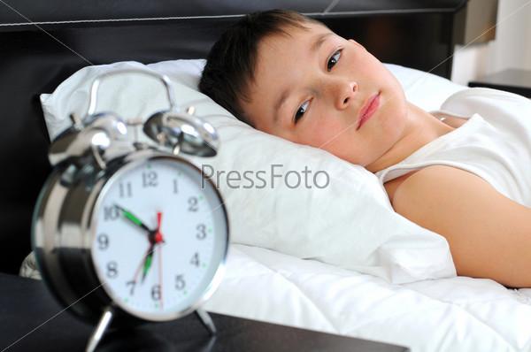 Фотография на тему Мальчик с будильником