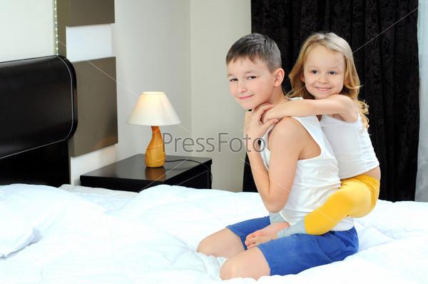 Брат и сестра на кровати