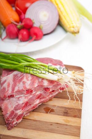 Фотография на тему Разделанные свежие свиные ребра и овощи