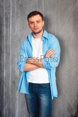 Фотография на тему Мужчина около стены