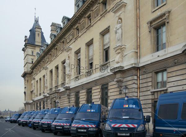 Автомобили жандармерии у здания Консьержери, Париж, Франция