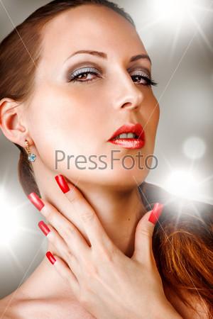 Женщина с ресницами, ногтями, ярко-красными губами