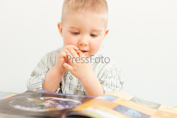 Фотография на тему Любопытный мальчик с книгой