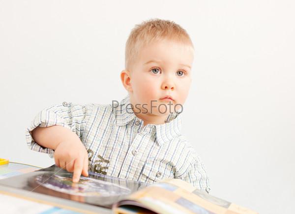 Любопытный мальчик с книгой