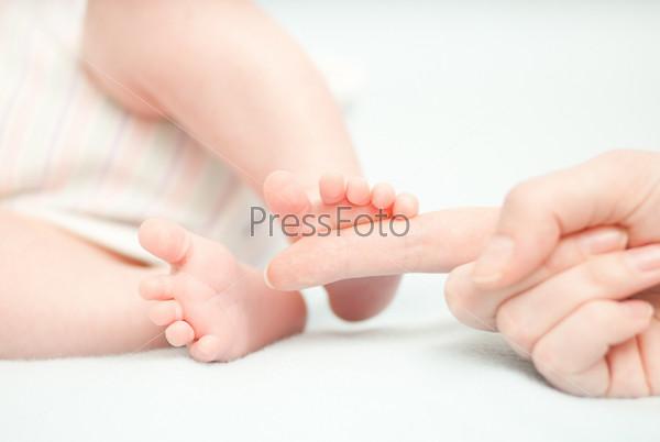 Фотография на тему Маленькие детские ноги и руки матери
