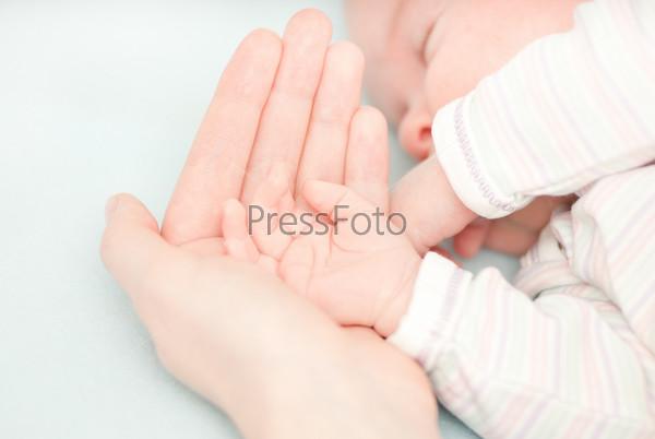 Маленькие детские руки и руки матери
