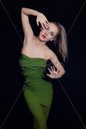 Красивая молодая танцующая женщина
