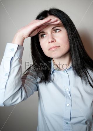 Фотография на тему Женщина смотрит вдаль