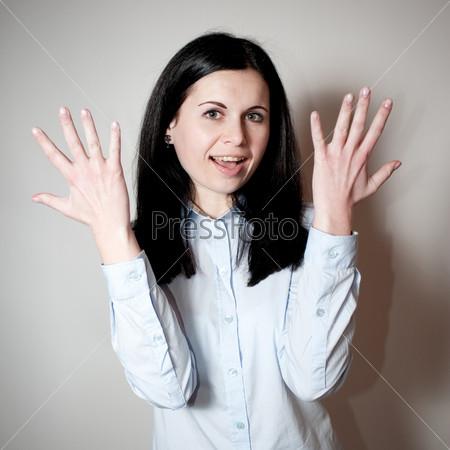 Женщина разводит руки в стороны